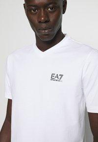 EA7 Emporio Armani - V NECK - Printtipaita - white - 3