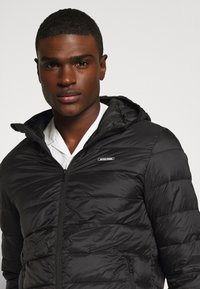 Jack & Jones - JJVINCENT PUFFER HOOD - Zimní bunda - black - 3