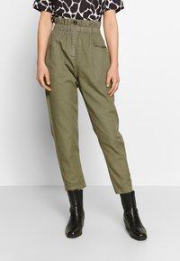 Pepe Jeans - LIA - Spodnie materiałowe - thyme - 0