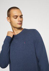 Tommy Hilfiger - BLEND CREW NECK - Stickad tröja - blue - 3