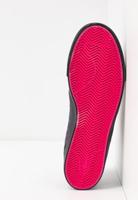 Nike SB - ZOOM JANOSKI UNISEX - Sneakers laag - watermelon/black - 4