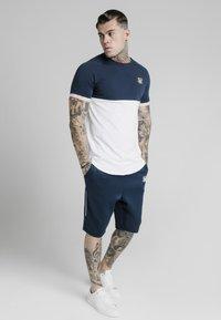 SIKSILK - T-shirt imprimé - navy  white - 3