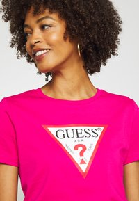 Guess - Print T-shirt - shocking pink - 4