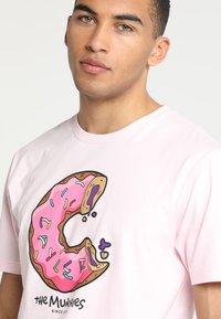 Cayler & Sons - LOS MUNCHOS TEE - Print T-shirt - light pink - 3