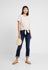 Madewell - TIE FRONT BUTTON BACK TEE IN RAINBOW NEPS STRIPE - T-shirts med print - pearl ivory - 1