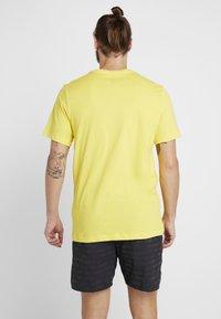 Nike Performance - DRY RUN SEASONAL  - Print T-shirt - chrome yellow/obsidian - 2