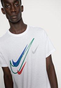Nike Sportswear - TEE - T-shirt med print - white - 4