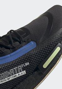 adidas Originals - NMD_R1 SPECTOO UNISEX - Sneakersy niskie - core black/yellow tint - 12