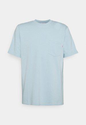 BOBBY POCKET - Jednoduché triko - light blue