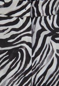 PULL&BEAR - ZEBRAMUSTER - Trousers - black - 6