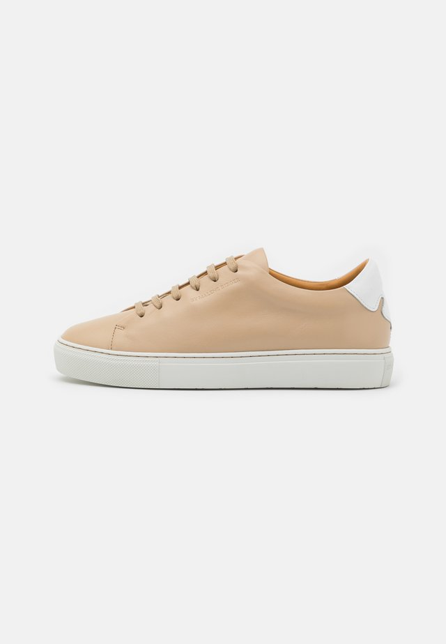 EXCLUSIVE SANDIE - Trainers - tan