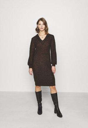 OBJIRINA DRESS  - Pletené šaty - chicory coffee
