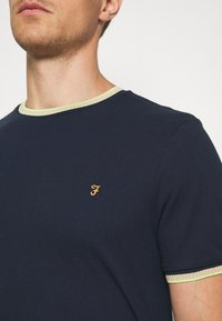 Farah - BEATNIK - Print T-shirt - yale - 5