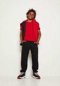 Jordan - JUMPMAN AIR - T-shirt con stampa - gym red - 3