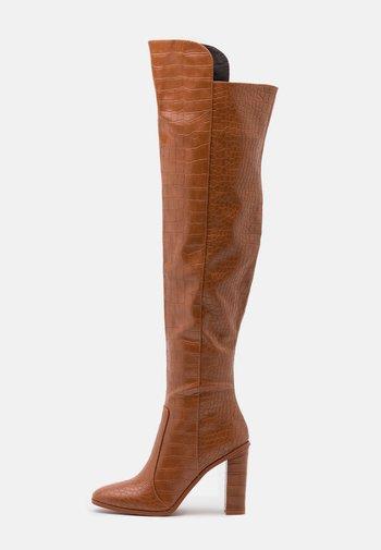 CYNTHIA - Kozačky na vysokém podpatku - brown