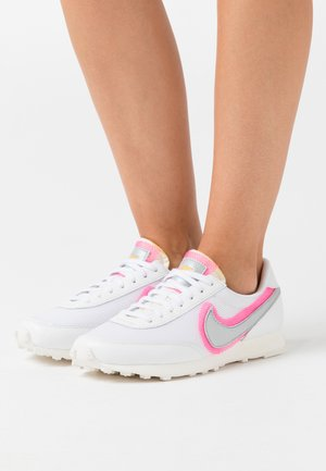 DAYBREAK - Joggesko - white/atomic pink/university gold