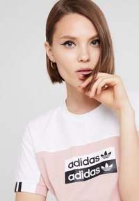 adidas Originals - TEE - Print T-shirt - white/pink spirit - 3