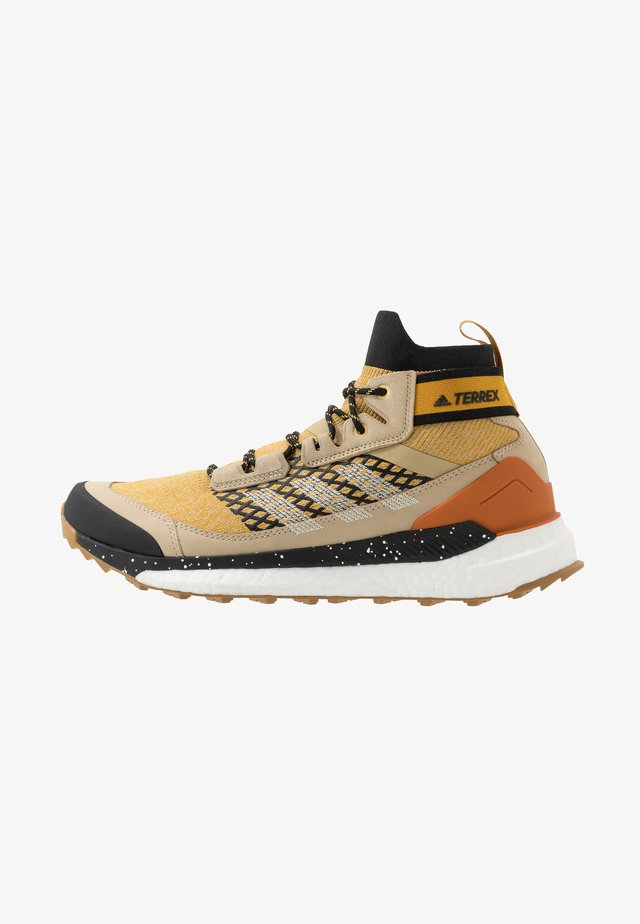 FREE HIKER BOOST PRIMEKNIT SHOES - Obuwie hikingowe - legend gold/sand/core black