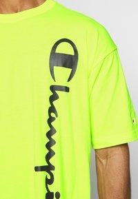 Champion - CREWNECK - T-shirt con stampa - neon yellow - 4