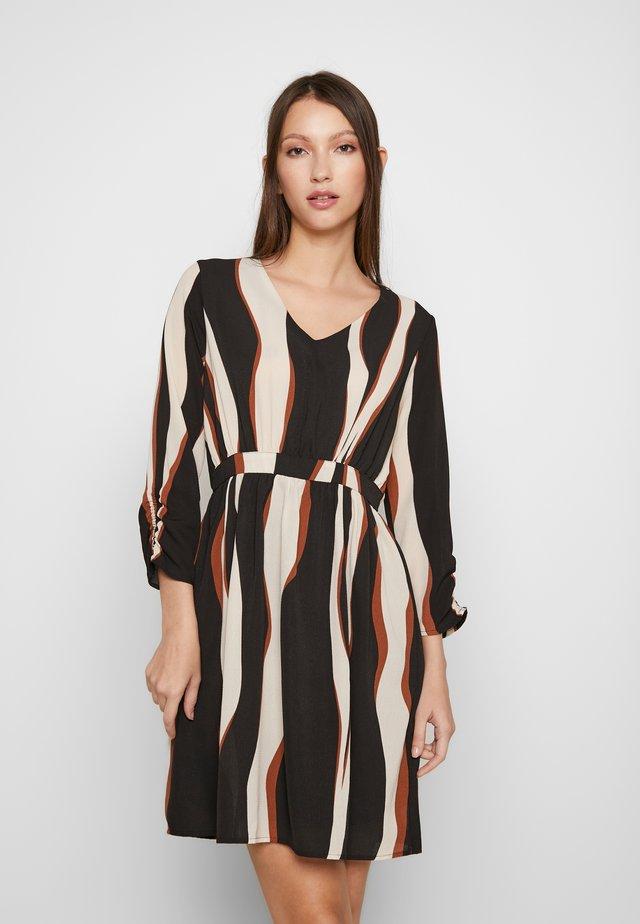 VMFIDELA SHORT DRESS PETITE - Vestido informal - birch/fidela
