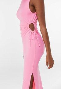 Bershka - MIT CUT-OUTS AN DER SEITE - Jersey dress - pink - 3