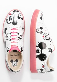 MOA - Master of Arts - GALLERY - Trainers - white/fuxia - 3