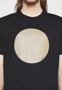 HUGO - DORIOLE - T-shirt imprimé - black - 4