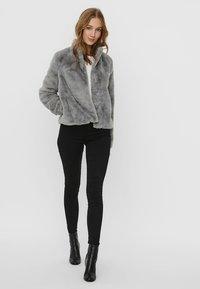 Vero Moda - VMTHEA SHORT JACKET - Winter jacket - frost gray - 1