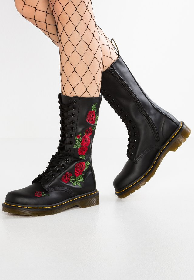 VONDA 14 EYE BOOT - Bottes à lacets - black/rose