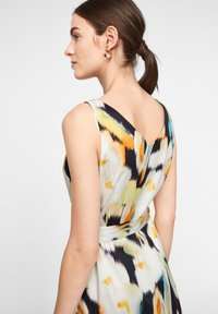 comma - MIT ALLOVER-PRINT - Day dress - navy faded flower - 3