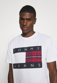 Tommy Jeans - PLAID CENTRE FLAG UNISEX - T-shirt con stampa - white - 3