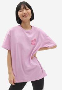 Vans - WM LUCKY 66 OS S/S - Print T-shirt - orchid - 0