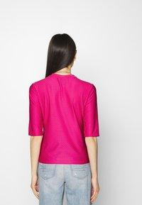 Nike Sportswear - T-shirts med print - fireberry/white - 2