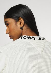 Tommy Jeans - BRANDED NECK CARDIGAN - Cardigan - snow white - 4