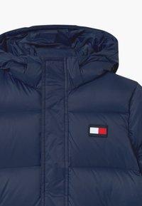 Tommy Hilfiger - OVERSIZED UNISEX - Kabát zprachového peří - blue - 2