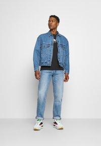Levi's® - STAY LOOSE TRUCKER UNISEX - Denim jacket - med indigo - 1