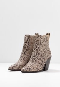 Loeffler Randall - KALI WESTERN BOOTIE - High heeled ankle boots - dune - 4