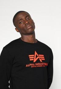 Alpha Industries - Basic Print - Collegepaita - black/neon orange - 4