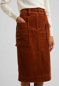 And Less - ORI SKIRT - Pouzdrová sukně - rawhide - 4