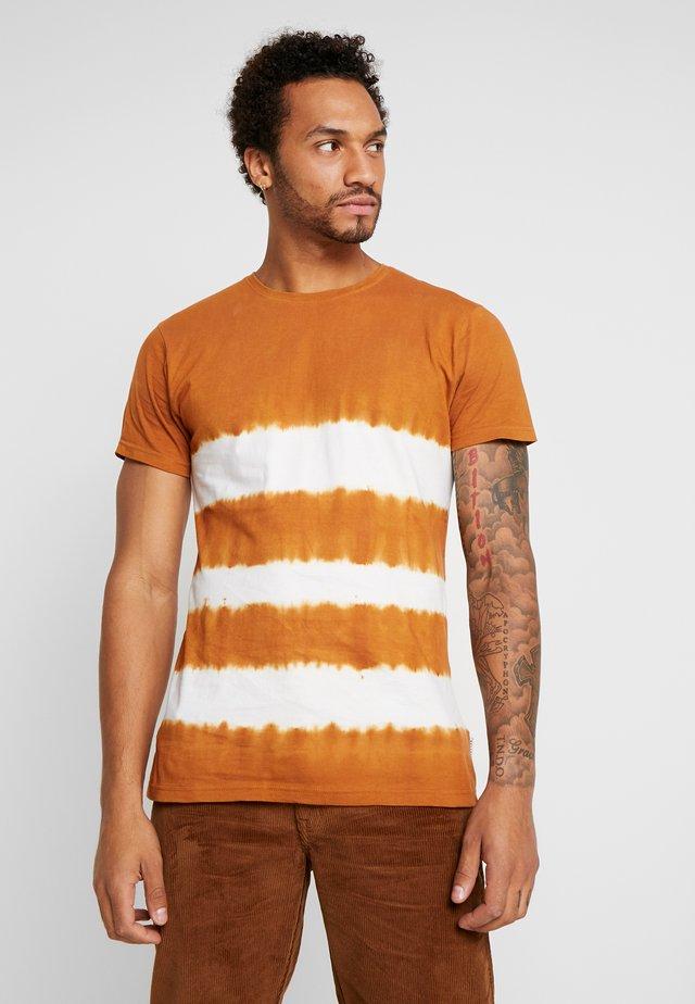 TIE DYE CREW NECK - T-shirt con stampa - tobacco