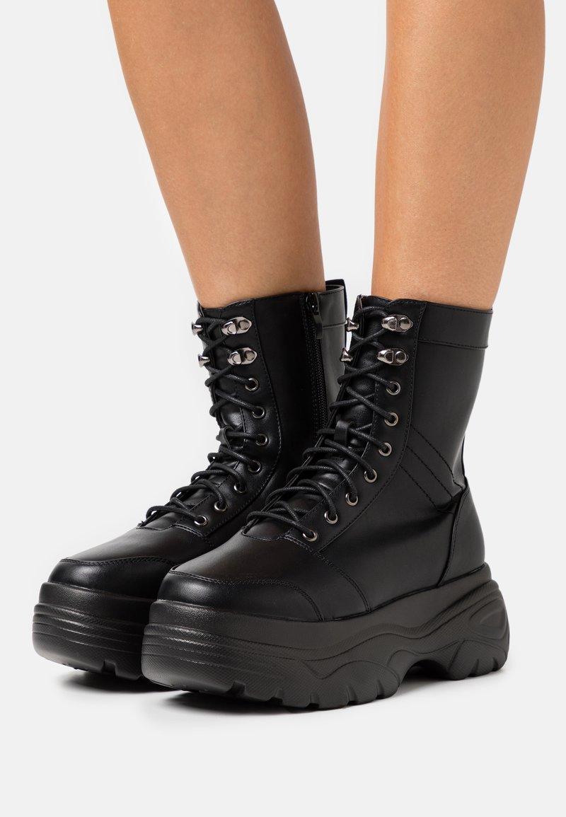 Koi Footwear - VEGAN - Platåstøvletter - black