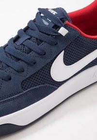 Nike SB - NIKE ADVERSARY - Skateschoenen - midnight navy/white/universal red - 5