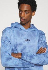 GAP - MINI LOGO - Hoodie - blue tie dye - 3