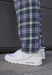 Nike Sportswear - AIR MAX 90 FLYEASE UNISEX - Sneakers laag - white - 7