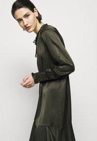 Bruuns Bazaar - BAUME ESTE DRESS - Koktejlové šaty/ šaty na párty - green night - 5