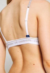 Calvin Klein Underwear - ONE UNLINED TRIANGLE AVERAGE - Kaarituettomat rintaliivit - grey heather - 4