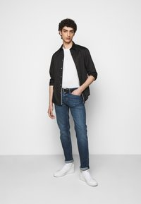 Emporio Armani - POCKETS PANT - Jeans Tapered Fit - blue denim - 1