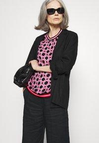 Emily van den Bergh - Bluser - black/pink - 3