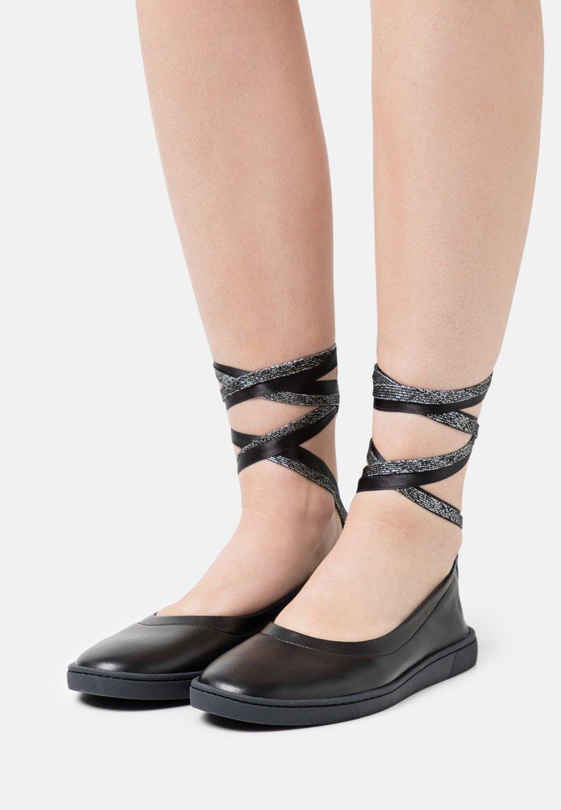 Oa non fashion - Ankle strap ballet pumps - nero