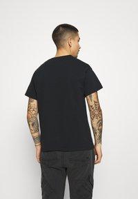 Mennace - ON THE RUN - T-shirt med print - black - 2